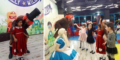 Папаша учит дочь в костюме бабочки трахаться