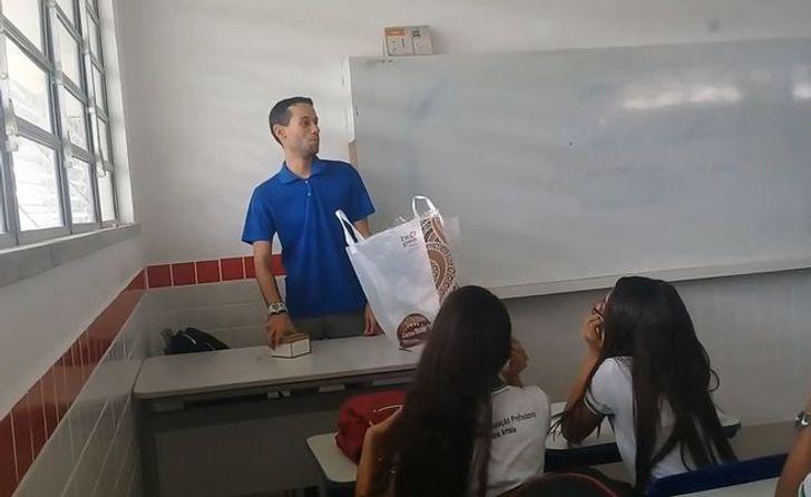 Школьники узнали, что ихучитель неполучает зарплату. Они решили помочь ирастрогали его дослез