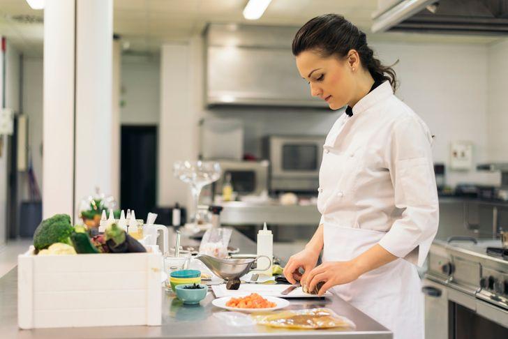 Я несколько лет проработала поваром в крупном ресторане и расскажу, как на самом деле выглядит «кухня» общепита