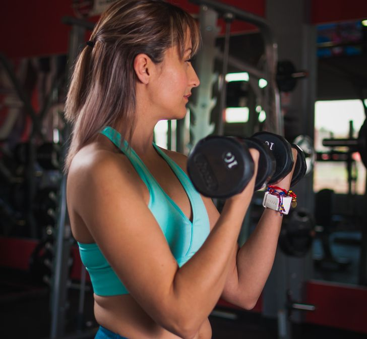 8 упражнений для женщин, которые помогут сжечь жир на руках