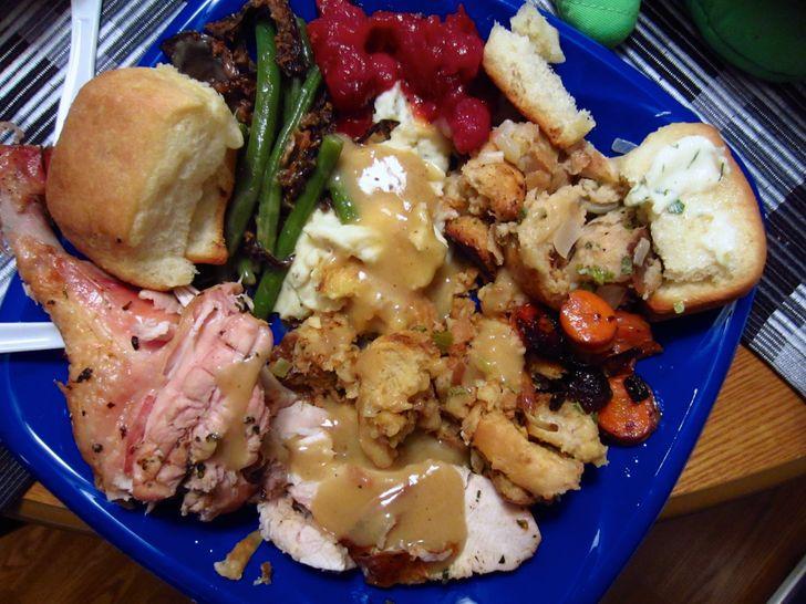 12 пищевых привычек и типов поведения за столом, которые выдадут человека с потрохами
