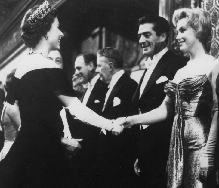 20+ редких снимков Елизаветы II, которыми не спешит делиться королевская семья
