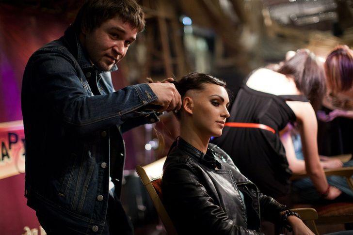 Я уже 17 лет работаю парикмахером и расскажу вам о том, каково это — трудиться в салоне на самом деле