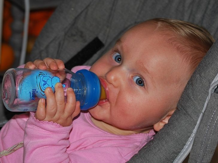 Почему не стоит давать воду ребенку младше 6 месяцев