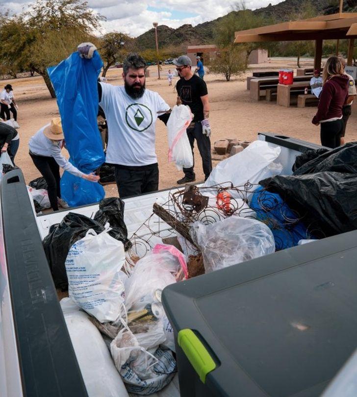 Всего один человек вдохновил весь мир выйти наулицу ипросто начать убирать мусор