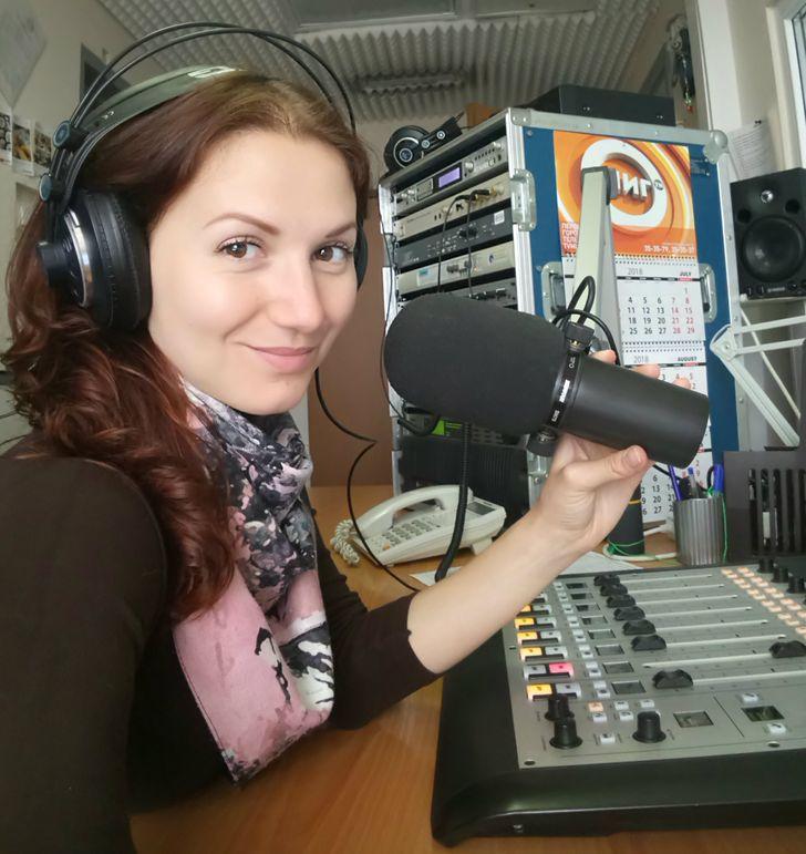 Я 10 лет работаю радиодиджеем и могу рассказать, почему в эфире часто играет одна и та же песня