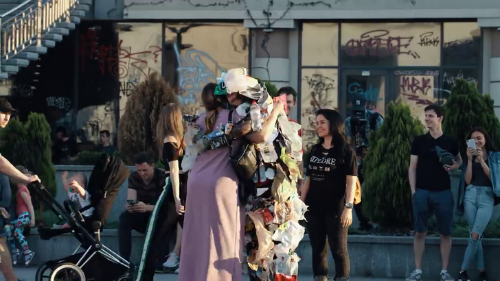 В Киеве появился супергерой из мусора: если люди выбрасывали что-то мимо урны, куча хлама «оживала» и бежала за ними